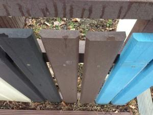 Plastový plot s úkosom.