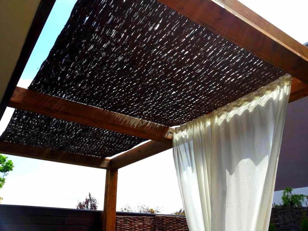 Prútený materiál sa využíva i ako doplnok záhradnej architektúry.