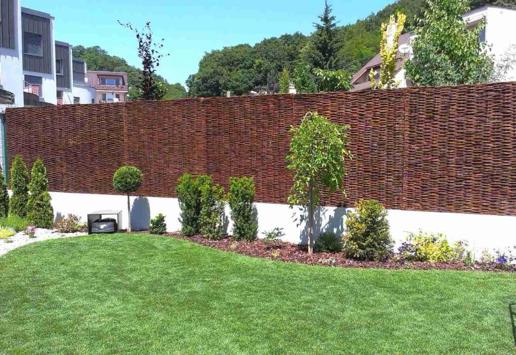 Prútený plot ako tienenie a zároveň ako doplnok do záhrady.